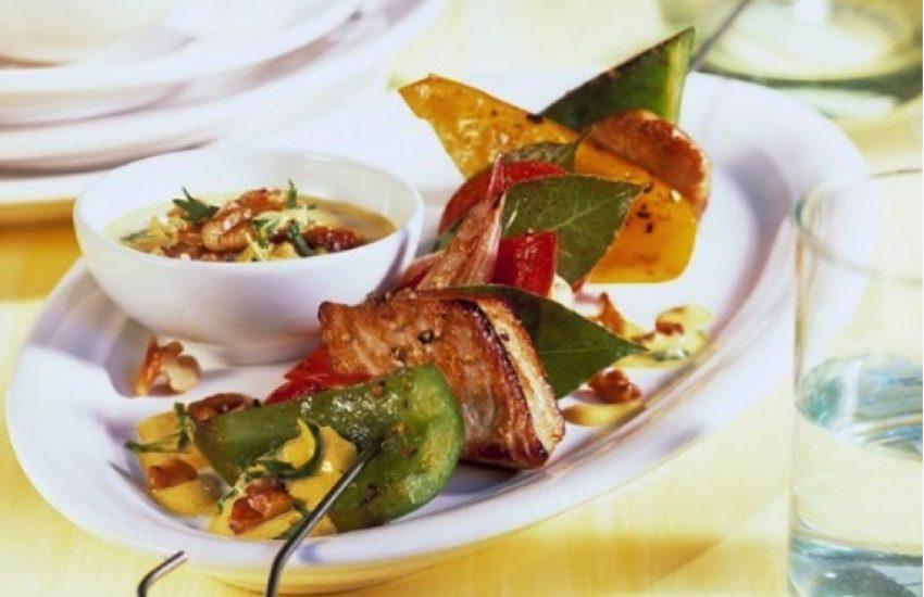 Brocheta de pavo con salsa de lima y curry