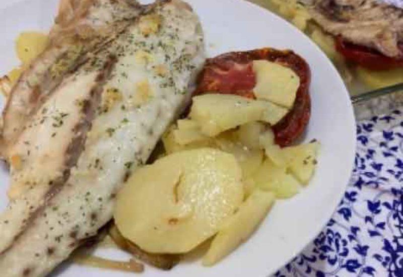 Corvina al horno con patatas y cebolla