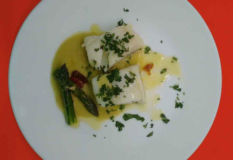Bacalao confitado con salsa de espárragos